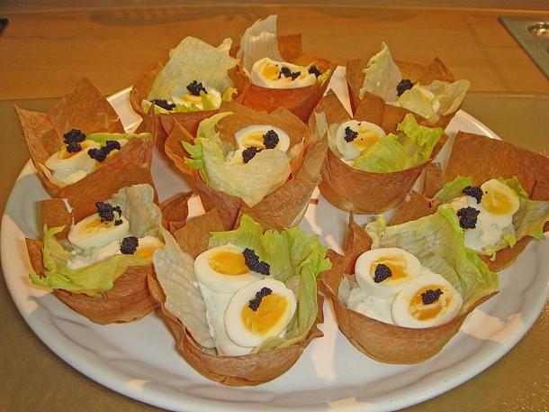 корзинка с перепелиными яйцами и красной икрой