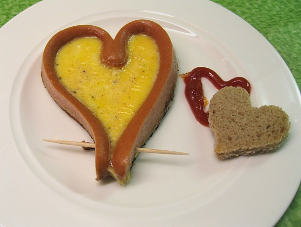 яичница с сосисками в виде сердца