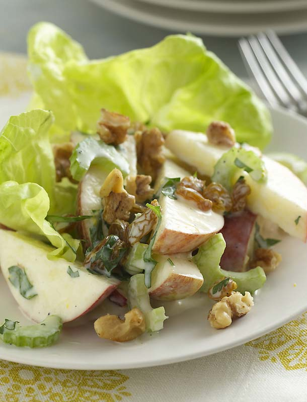 Вальдорфский куриный салат с яблоками и сельдереем