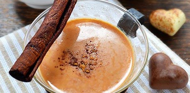 молочный-напиток-с-карамелью-медом-и-корицей