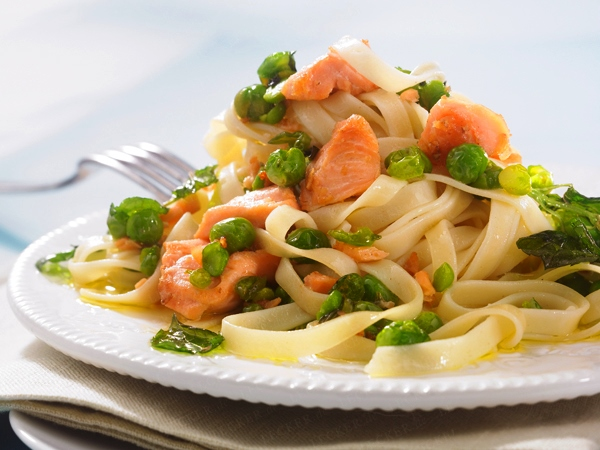 паста с лососем и горошком в мятном соусе
