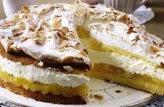 яблочный-пирог-со--взбитыми-сливками-и-безе