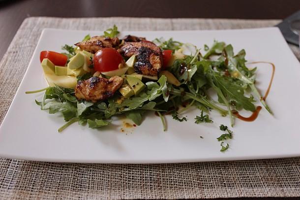 салат-с-курицей,-манго-и-авокадо
