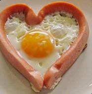 яичница-с-сосисками-в-виде-сердца