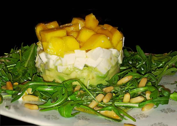 салат-с-авокадо,-моцареллой-и-манго