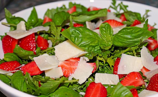 салат с базиликом, рукколой и клубникой