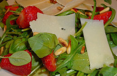 салат-с-базиликом,-рукколой-и-клубникой